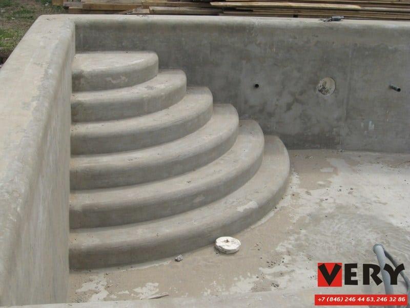 штукатурка ступеней римской лестницы бассейна