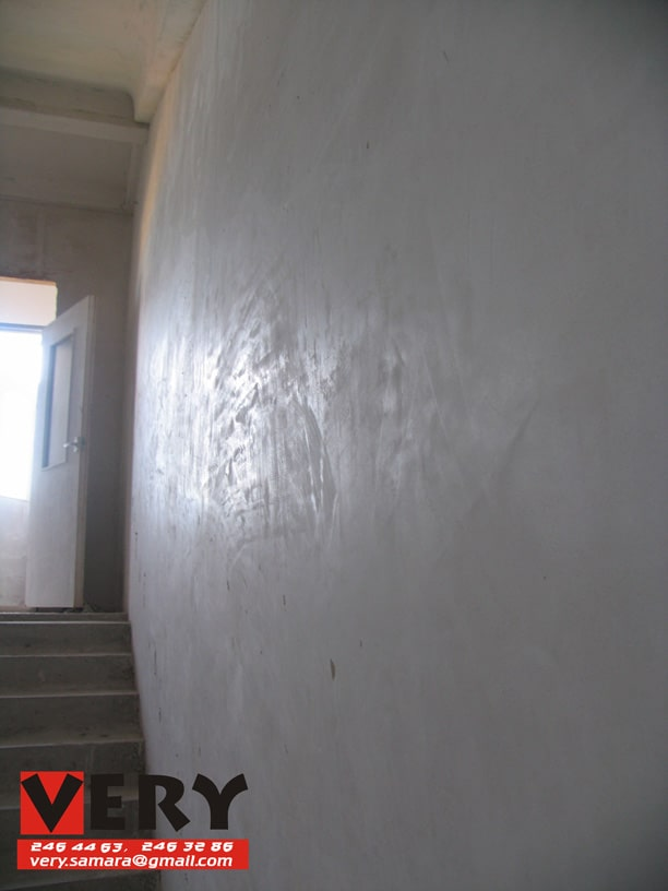 глянцевая поверхность стен МОП