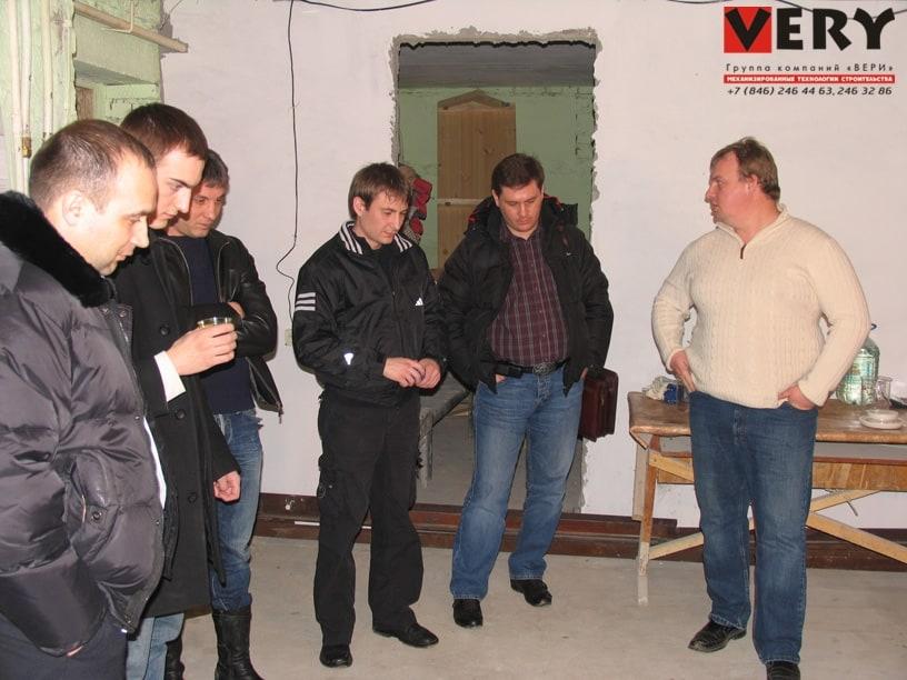 Участники семинара наблюдают за нанесением штукатурной смеси для определения выхода готового раствора