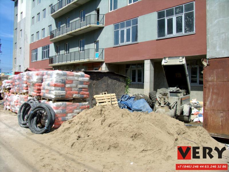 Складирование материала и оборудования BMS Worker #1 для производства работ по полусухой стяжке пола компанией ВЕРИ