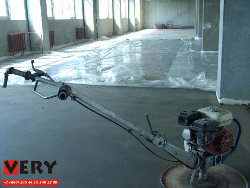 Готовая полусухая цементно-песчаная стяжка. Стяжка уплотнена и заглажена автономной бензиновой бетоно-отделочной машиной Tremix